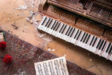 Verlassenes Klavier mit Blumen. von Roman Robroek