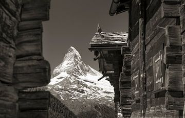 Oude huizen bij Findelen met de Matterhorn van Menno Boermans