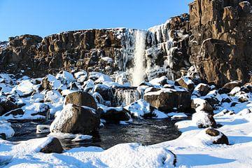 Winterse waterval in Ijsland van Mickéle Godderis
