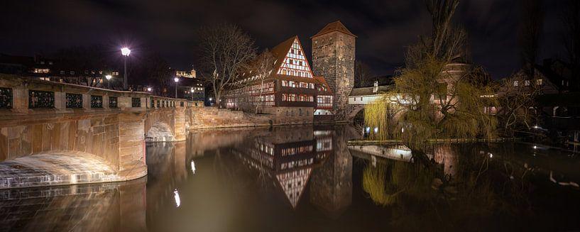 Vue de Maxbrücke meyt sur la Weinstadl et la Pegnitz au centre de Nuremberg en Allemagne sur Joost Adriaanse