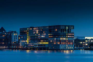 Mehrfamilienhaus Silodam in Amsterdam im Abendlicht von Wim Stolwerk
