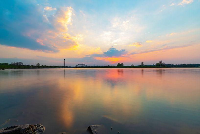 Kleurig avondlicht gereflecteerd in het water, vlak na zonsondergang van Arjan Almekinders