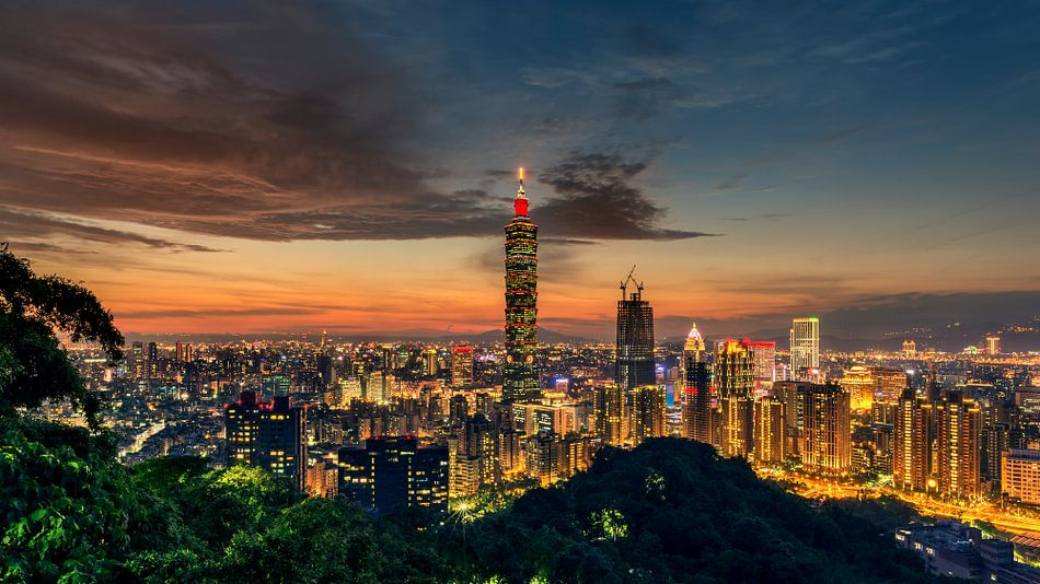 Sunset over Taiwan van Kees Jan Lok
