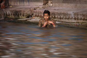Badende vrouw in de ganges bij Varanasi India. Wout Kok One2expose von Wout Kok