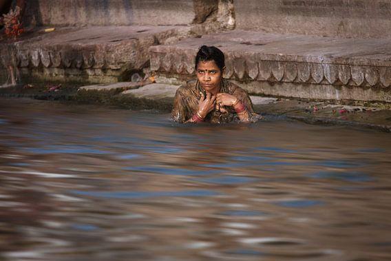 Badende vrouw in de ganges bij Varanasi India. Wout Kok One2expose