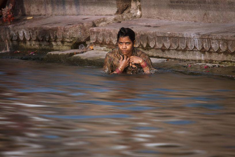 Badende vrouw in de ganges bij Varanasi India. Wout Kok One2expose van Wout Kok