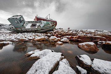 Scheepswrak in de sneeuw op rotsen in Groenland van Martijn Smeets