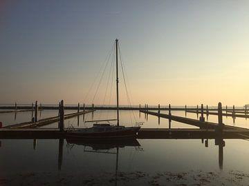 Eenzame zeilboot van Margriet Adema