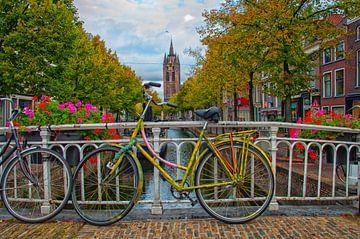 Radfahren auf dem Kanal in Delft.