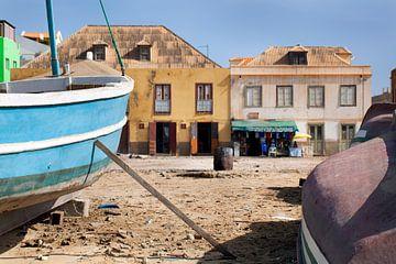 Boote am Strand von Sal Rei auf Boa Vista in Kap Verde von Peter de Kievith