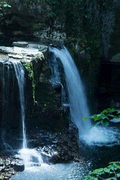 waterval in Frankrijk van Diana Edwards