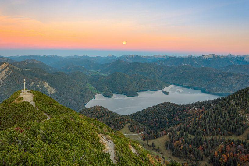 Volle maan boven de Walchensee van Michael Valjak