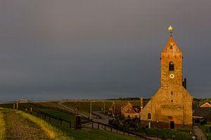 Kerk van Wierum in het avondlicht. van Erik de Rijk