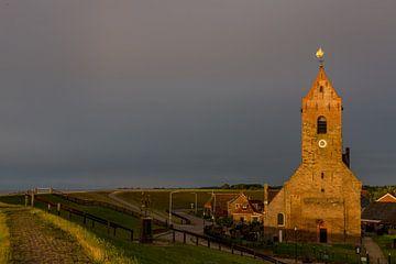 Die Kirche von Wierum im Abendlicht. von Erik de Rijk