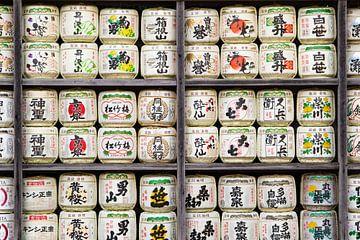 Vaten sake bij Japanse tempel van Marcel Alsemgeest