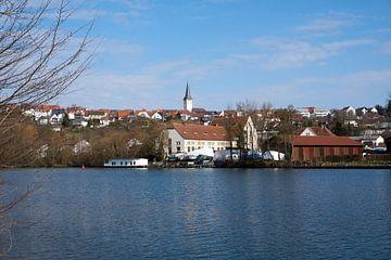 Klein dorpje met mooie kerk aan de rivier de Neckar met blauwe lucht van creativcontent