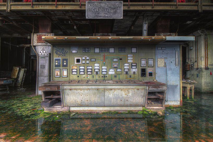 Controlroom gespiegeld in het water van Truus Nijland