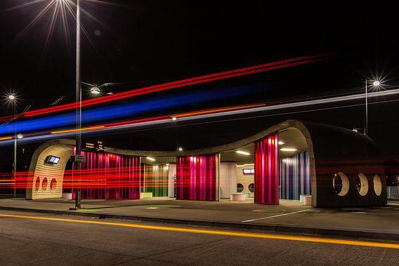 Transferium Hoogkerk met lichtspoor van een bus