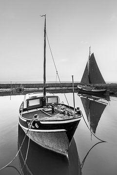 Der kleinste Hafen Frieslands, Laaxum, schwarz auf weiß von Harrie Muis