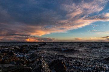 Golfbreker, wolken en zonsondergang von Bram van Broekhoven