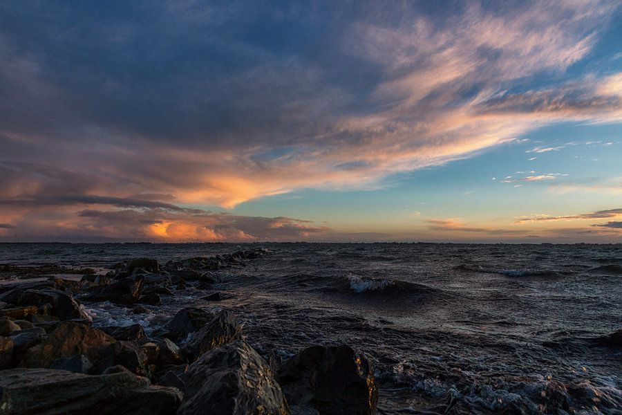 Golfbreker, wolken en zonsondergang van Bram van Broekhoven