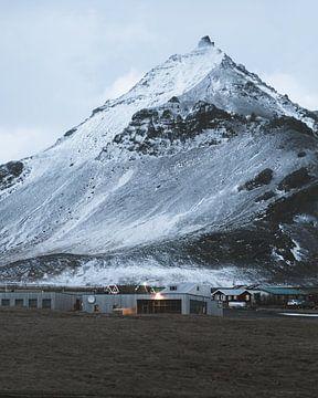 Berg Arnarstapi und Hotel (am frühen Morgen vor Sonnenaufgang) auf der Halbinsel Snaefellsnes in Isl von Michiel Dros