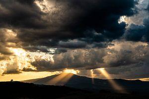 Zonnestralen op het Toscaanse landschap van Damien Franscoise