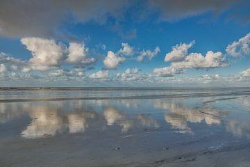 De l'air nuageux réfléchi en miroir sur les vasières à marée basse sur Harrie Muis