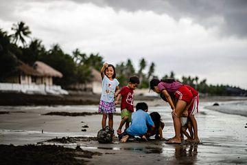 Kinder in einem Fischerdorf auf den Philippinen von Yvette Baur