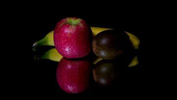 Fruit op een spiegel van Ronald van Kooten