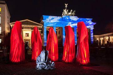 Brandenburger Tor Berlin sous une lumière particulière et avec six sculptures sur Frank Herrmann