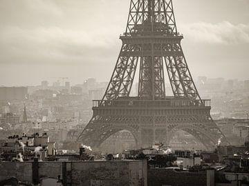 Pied de la tour Eiffel en sépia sur Martijn Joosse