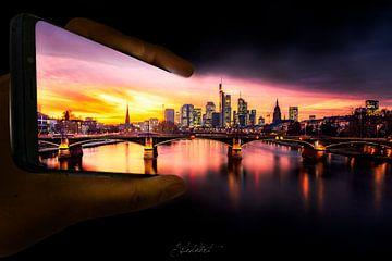 Frankfurt bij zonsondergang komt uit een mobiele telefoon van Jan Wehnert