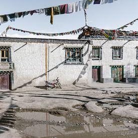 Straßenszene mit Gebetsfahnen in einem alten tibetischen Königreich von Photolovers reisfotografie