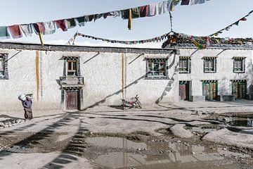 Scène de rue avec des drapeaux de prière dans un ancien royaume tibétain