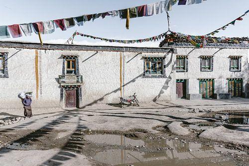 Straatbeeld met gebedsvlaggen in een oud Tibetaans koninkrijk