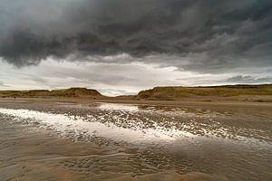 Donkere wolken aan zee van