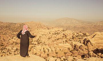 Een herder geniet van het prachtige landschap in Jordanië. van Claudio Duarte