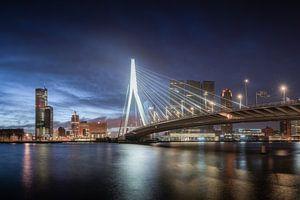 Erasmusbrug tijdens het blauwe uur van Niels Dam