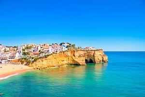 Het stadje Carvoeiro in de Algarve in Portugal van