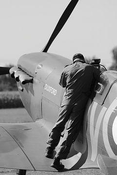 Piloot en zijn spitfire vliegtuig zwart wit van Bobsphotography