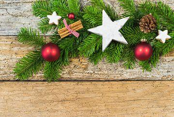 Natuurlijke kerstversiering met sparrentak en ornamenten op hout van Alex Winter