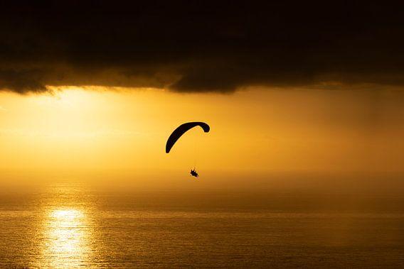 Paragliding in de zonsondergang