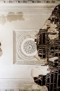 Beau plafond en mauvais état sur Inge van den Brande
