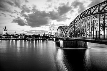 Skyline Cologne by night / noir et blanc sur Werner Dieterich