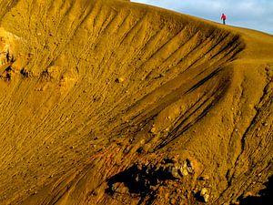 Lopen over de rand van de vulkaankrater van Krafla, IJsland