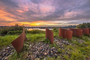 Metalen objecten tijdens een mooie zonsondergang in Groningen van Rudmer Zwerver