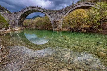 Die alte Brücke von Plakida oder Kalogeriko von Zagori in der Region von Ioannina in Epirus Griechen von Konstantinos Lagos