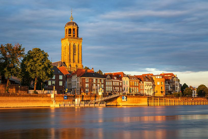 Ligne d'horizon de Deventer dans la lumière dorée sur Karla Leeftink