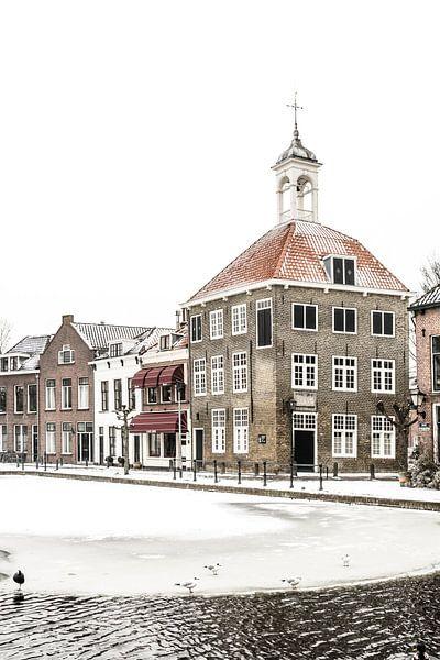 Het Zakkendragershuisje in Schiedam in de winter. van Kok and Kok